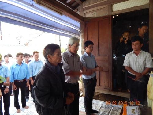 các thành viên theo đoàn và thành viên của CLB Vovinam huyện Eka, Dray Sap dâng hương